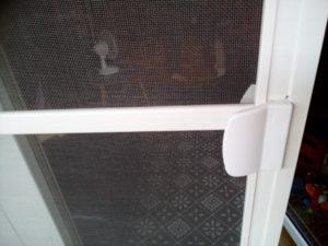 W przypadku tego konkretnego zlecenia jakie otrzymaliśmy nie było możliwości zastosować drzwi balkonowe więc została zaproponowana Klientowi moskitiera przesuwna SLIM.